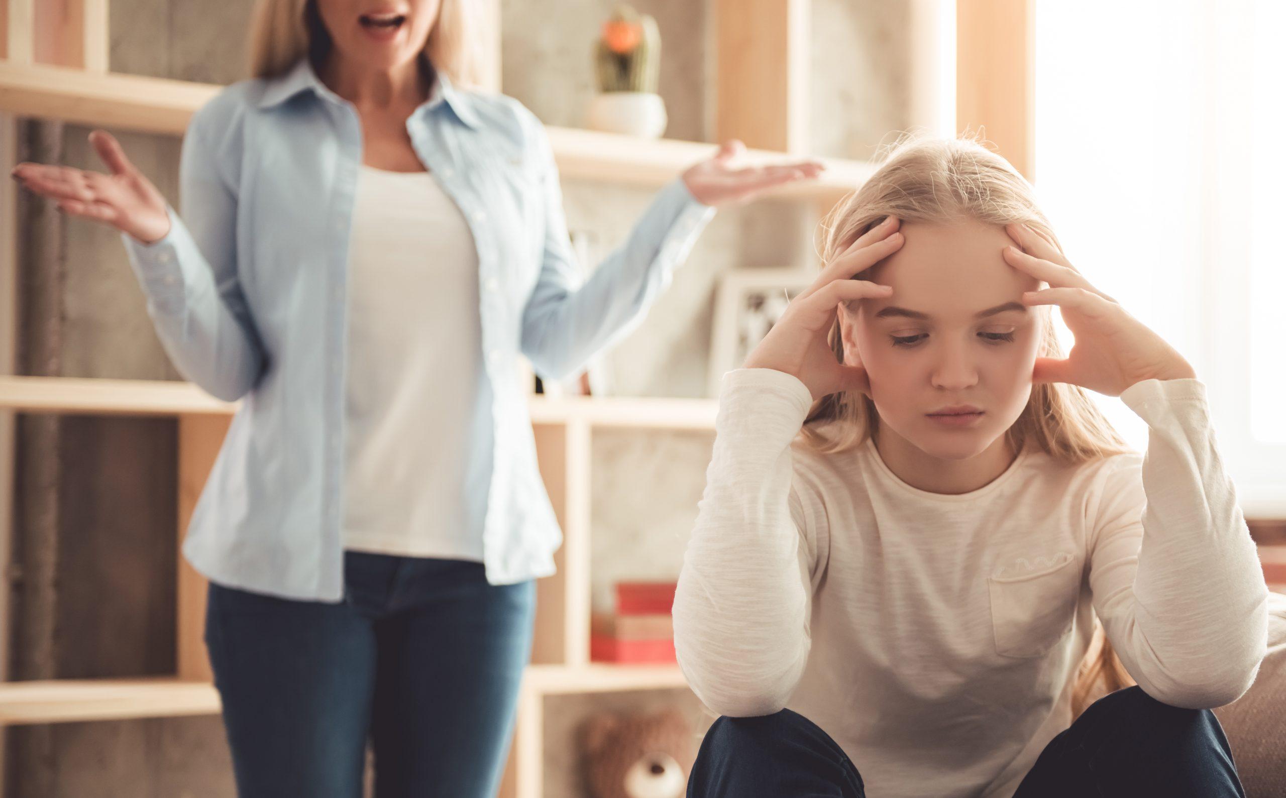 ילדה מתווכחת עם אמא